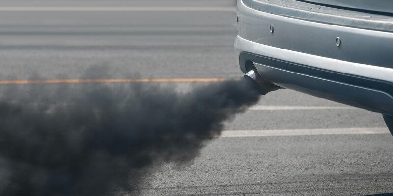 Tubo de escape con humo negro